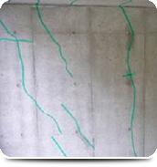 屋内駐輪場 コンクリート壁のひび割れ