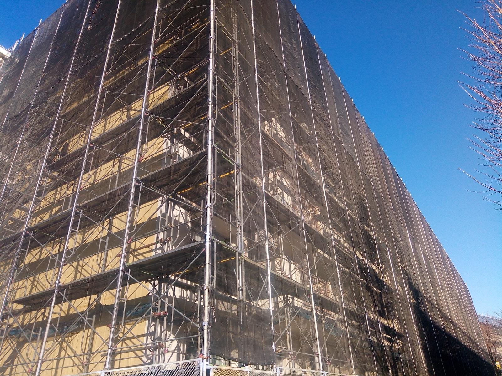 タワーマンションを悩ませる、大規模修繕工事の足場