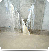 地下ピット コンクリート壁のひび割れ・エフロレッセンス