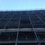 マンション大規模修繕工事の防犯対策① 足場の金網養生と出入り口の施錠