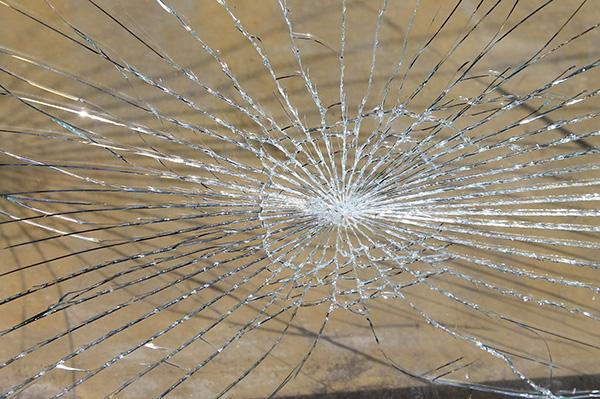 マンション管理組合の個人賠償責任保険内で補償されるガラスのひび割れ