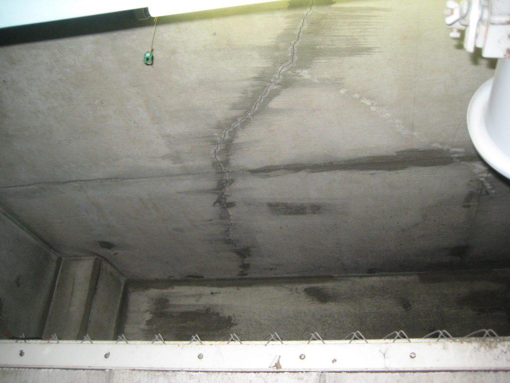 駐車場天井のひび割れ2