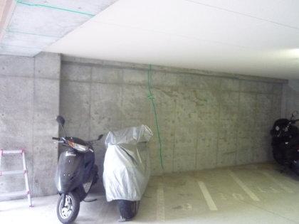 マンション駐車場のひび割れ
